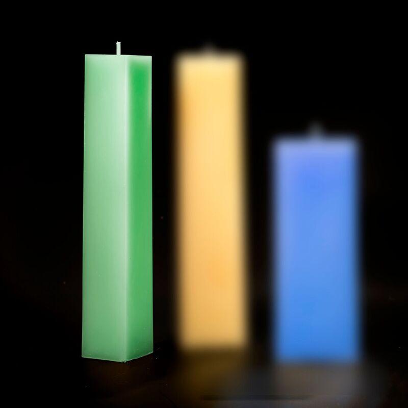 <strong><h2>VIERKANTE KAARS SMAL</h2> <p>gewicht: 240 gram<br />doorsnede: 3,5X3,5 cm<br />hoogte: 22 cm<br />brandduur: 35 uur<br />prijs per kaars: € 6,00</p></strong>